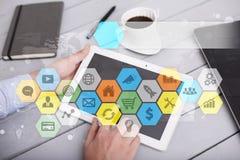 Iconos y gráficos coloreados de los usos en la pantalla virtual Concepto de la tecnología Fotos de archivo