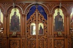 Iconostaasis en bois d'église orthodoxe Photographie stock libre de droits
