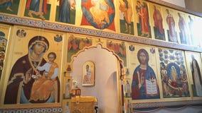 Iconostase d'or orthodoxe dans l'église orthodoxe banque de vidéos
