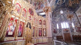 Iconostasio ortodoxo en la iglesia ortodoxa metrajes
