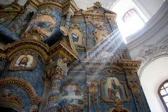 Iconostasis av den ortodoxa kyrkan Arkivbilder
