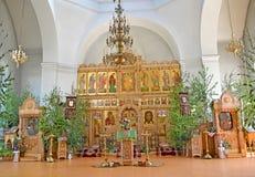 Iconostasis och kyrkligt möblemang av templet av de Iverian Theotokosna på Treenighet söndag Rybinsk Yaroslavl region royaltyfria foton