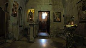 Iconostasis und Ikonen auf georgischer Kirche der Wände stock video footage