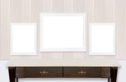 Icture ramar på den wood väggen och vitbakgrund Royaltyfri Foto