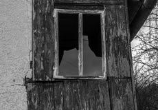 Icycles en un granero frío del eith del día de invierno adentro detrás foto de archivo