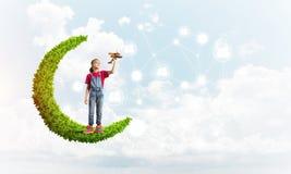 Idé av barninternetkommunikationen eller spela direktanslutet och förälderkontroll arkivbild