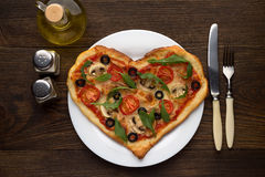 Idé av den romantiska maträtten på dag för valentin` s: hjärta formad pizza med champinjoner och höna på träbakgrund Arkivbild