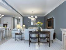 Idé av det provence sovrummet med vitt möblemang Arkivfoto