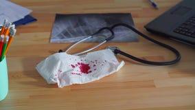 Idé av en cancer, blod på servetten lager videofilmer