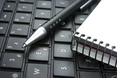 Idé. Datortangentbord. Notepad. Arkivbild