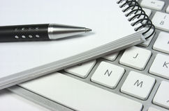 Idé. Datortangentbord. Notepad. Penna arkivfoton