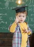 idébilden för begreppet 3d framförde Det lilla barnet fick idé Pojke i avläggande av examenlock med lyftt ny idé för fingershow _ Royaltyfria Bilder