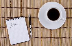 Idée écrite dans la cuvette de bloc-notes, de crayon lecteur et de café Photos libres de droits
