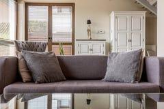 Idée confortable de divan photographie stock libre de droits