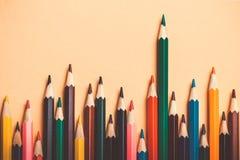 Idée créative, concept de la direction ou statistiques, taux de croissance, chef parmi des perdants ; fond coloré de crayon Photos stock