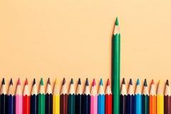 Idée créative, concept de la direction ou statistiques, taux de croissance, chef parmi des perdants ; fond coloré de crayon Photo libre de droits