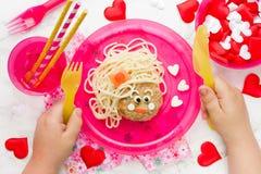 Idée créative d'art de nourriture pour les enfants - spaghetti avec la boulette de viande dans Image libre de droits