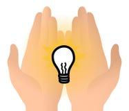 Idée d'ampoule dans des mains Images libres de droits