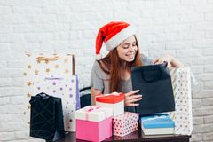 Idée de cadeau de Noël fille heureuse faisant un cadeau de Noël images stock