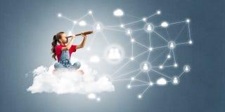 Idée de communication d'Internet d'enfants ou de contrôle de jouer en ligne et de parent Photo stock