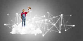 Idée de communication d'Internet d'enfants ou de contrôle de jouer en ligne et de parent Image stock