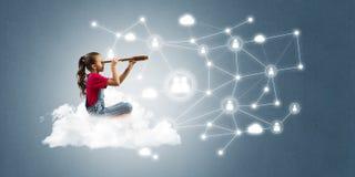 Idée de communication d'Internet d'enfants ou de contrôle de jouer en ligne et de parent Photographie stock libre de droits