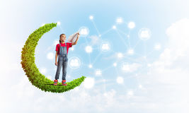 Idée de communication d'Internet d'enfants ou de contrôle de jouer en ligne et de parent Photos stock