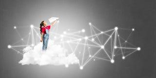 Idée de communication d'Internet d'enfants ou de contrôle de jouer en ligne et de parent Images libres de droits