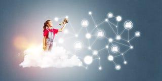 Idée de communication d'Internet d'enfants ou de contrôle de jouer en ligne et de parent Image libre de droits
