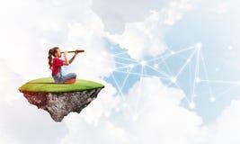 Idée de communication d'Internet d'enfants ou de contrôle de jouer en ligne et de parent Photographie stock