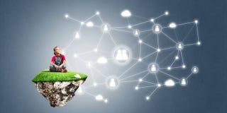 Idée de communication d'Internet d'enfants ou de contrôle de jouer en ligne et de parent Images stock