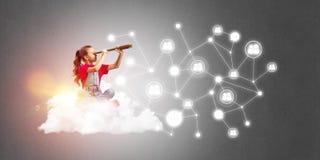 Idée de communication d'Internet d'enfants ou de contrôle de jouer en ligne et de parent Photos libres de droits