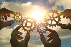 Idée de concept d'affaires quatre mains des hommes d'affaires rassemblent un puzzle des vitesses Images stock