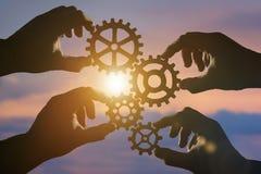 Idée de concept d'affaires quatre mains des hommes d'affaires rassemblent un puzzle des vitesses Photo libre de droits