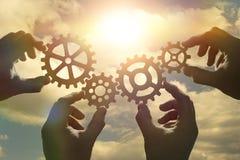 Idée de concept d'affaires quatre mains des hommes d'affaires rassemblent un puzzle des vitesses Photo stock