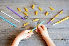 Idée de jeu pour que les enfants aident à développer des habiletés motrices fines Photos libres de droits