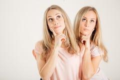 Idée de pensée de jeune femme Jumeaux de meilleurs amis de soeurs Modèle frais drôle Image libre de droits