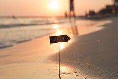 Idée de vacances de vacances - échouez le signe et le coucher du soleil Images stock