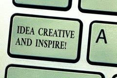 Idée des textes d'écriture créative et inspirer Concept signifiant la motivation de créativité d'inspiration pour le clavier d'or images libres de droits