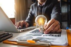 idée enregistrant l'énergie et le concept de comptabilité de finances images libres de droits