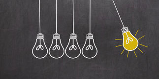 Idée grande Concept de créativité avec les ampoules sur le tableau Photographie stock