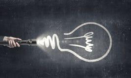 Idée lumineuse dans l'obscurité image stock