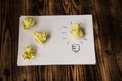Idée lumineuse dessinée sur le papier images stock