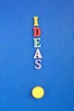 IDÉER uttrycker på blå bakgrund som komponeras från träbokstäver för färgrikt abc-alfabetkvarter, kopieringsutrymme för annonstex Fotografering för Bildbyråer