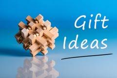 Idées cadeaux Pensant à la nouvelle année, le Noël, les cadeaux d'anniversaire et de Saint Valentin et les achats en ligne Brain  Photographie stock