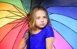 Idées comment survivez au jour nuageux d'automne Petite fille avec le temps de jour pluvieux de parapluie Petite fille avec le pa photos stock