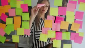 Idées créatives de séance de réflexion d'équipe d'affaires fonctionnant ensemble partageant des données tard la nuit après des he banque de vidéos