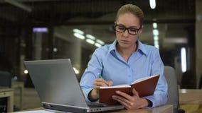 Idées d'écriture de femme d'affaires dans le carnet, le jour ouvrable prochain de planification, ordre du jour banque de vidéos