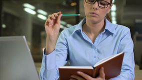Idées d'écriture de jeune femme dans le carnet, jour de organisation de travail, avenir de planification banque de vidéos