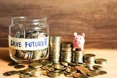 Idées d'argent d'économie pour l'avenir avec les pièces de monnaie et la tirelire photographie stock